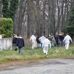L'équipe de volontaires amène le matériel dans le bois.
